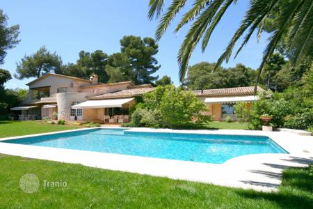 Luxury houses for sale in Côte d'Azur (French Riviera). Secluded villa in Saint-Paul-de-Vence, France. Panoramic sea view, garden, swimming pool