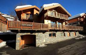 Villas and houses to rent in Savoie. Chalet with stunning mountain views in the fashionable ski resort in Meribel, French Alps