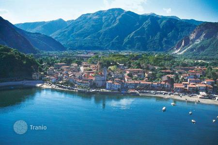 2 bedroom apartments for sale in Baveno. Apartment with a terrace and a view of the lake, in a residence with a garden, in the center of the town, Baveno, Italy