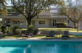 Luxury houses for sale in Italy. Superb villa with pool in a quiet residential area close to the center of Rome