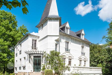 Luxury 6 bedroom houses for sale in Ile-de-France. Saint-Germain-en-Laye — Near the international school