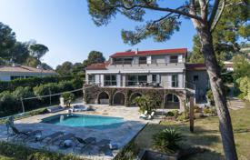 Luxury 5 bedroom houses for sale in Saint-Jean-Cap-Ferrat. A stunning architectural mixture of provencal and modern style for this villa of 330 m² on flat grounds of 2,000 sqm