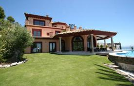 Luxury 4 bedroom houses for sale in Costa del Sol. Beautiful villa with a private garden, a pool, a garage and a sea view, Marbella, Spain
