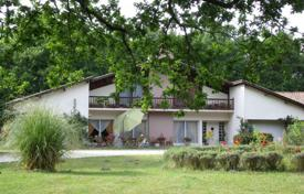 Residential for sale in Gironde. Villa with two lakes and a large park, surrounded by vineyards, next to the railway station and the airport, Gironde, France