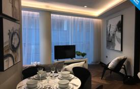 Property for sale in London. Furnished one-bedroom apartment in a prestigious residential complex near the park and the Thames, London, UK