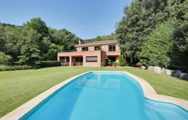 Houses with pools for sale in Vallromanes. Three-storey villa with a wrap-around terrace and a large plot next to the golf course, in a prestigious area, Vallromanes, Spain