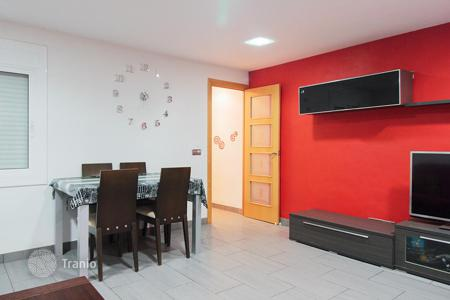 Cheap 2 bedroom apartments for sale in Barcelona. Apartment with terrace in Badalona