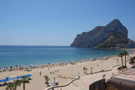 Apartments with pools by the sea for sale in Calpe. 2 and 3 bedroom beachfront apartment in La Fossa beach in complex with pool, Calpe