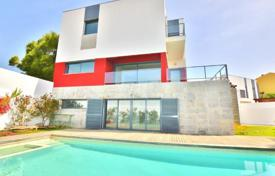 Houses with pools for sale in Cascais. Villa with garden and pool near the sea in Cascais, Portugal