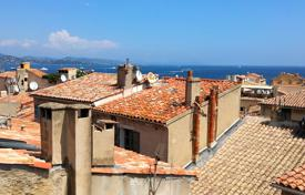 Residential for sale in Saint-Tropez. Saint-Tropez center — Charming apartment with sea view