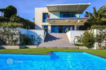 Luxury houses with pools for sale in Menton. Beautiful villa with stunning views of the bay in Menton