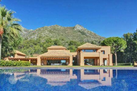 Luxury houses with pools for sale in Andalusia. Villa in prestigious area of the Cascada de Camojan