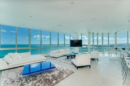3 bedroom apartments for sale in North America. Apartment with a panoramic living room, a view of the ocean and the downtown, Miami, Florida