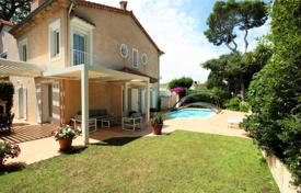 4 bedroom houses for sale in Cannes. Villa with a pool and a garage in a quiet area, Cannes, France