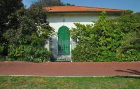 4 bedroom houses for sale in Forte dei Marmi. Charming two-level villa in Forte dei Marmi, Tuscany, Italy