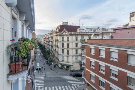 Cheap 2 bedroom apartments for sale in Barcelona. Apartment in a historic building in the center of Barcelona, the area of Poble Sec