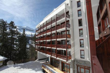 Apartments with pools for sale in Auvergne-Rhône-Alpes. Modern apartment in a popular ski resort in Flaine, France