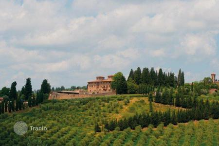 Luxury houses for sale in Siena. Halfway between Florence and Siena, next to San Gimignano there is Villa San Filippo