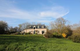 5 bedroom houses for sale in Aquitaine-Limousin-Poitou-Charentes. Spacious villa in Bern style, surrounded by a picturesque park with trees, Pau, France