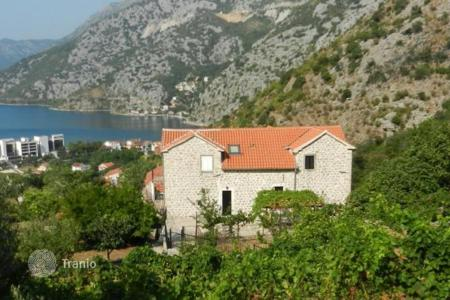 Houses for sale in Risan. The old house with a spacious garden and views of the sea and the mountains, a kilometer from the beach, Risan, Montenegro