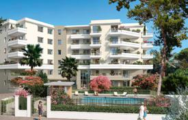 Apartments with pools for sale in Côte d'Azur (French Riviera). Apartment with a terrace and a private garden, in a prestigious residence with a pool and a parking, Juan-les-Pins, Antibes, France