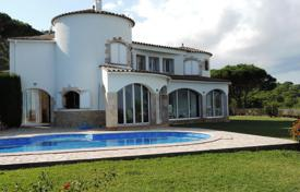 2 bedroom houses for sale in Costa Brava. Adorable house with panoramic sea views. Large flat garden with swimming pool.