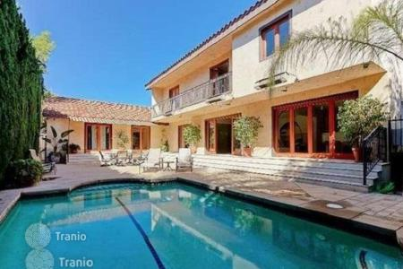 Houses with pools for sale in North America. Extensively remodeled two-storeyed villa with swimming pool, Los Angeles, USA