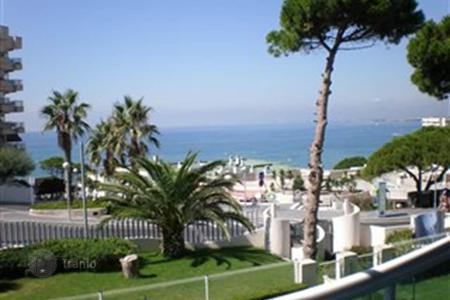 2 bedroom apartments by the sea to rent in Southern Europe. Luxury two bedroom apartment on the beach