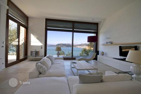 Luxury houses for sale in Lerici. Villa with private beach
