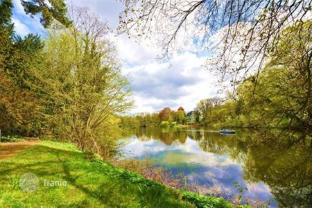Development land for sale in Germany. Ca. 500qm inclined plot for tilling with architect-designed house with 250 m² living space close to the lake!
