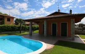 Residential for sale in Manerba del Garda. Villa with garden, swimming pool and garage, near Garda Lake, in Manerba del Garda, Italy