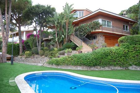 Houses with pools for sale in Costa del Maresme. Detached property in Cabrils, Barcelona