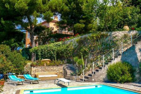 Luxury houses with pools for sale in Menton. Villa with sea views in Menton