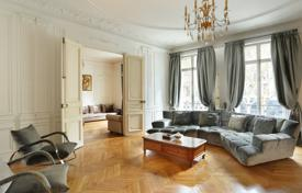 Property for sale in Ile-de-France. Paris 17th District – A family apartment near leafy Parc Monceau