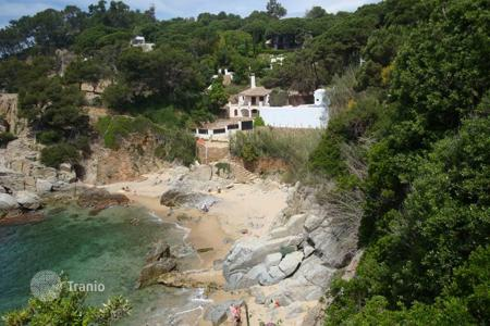 Coastal chalets for sale in Catalonia. Mediterranean style villa next to the sea