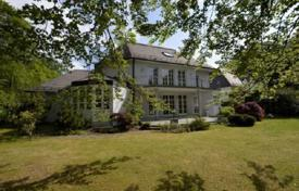 Luxury property for sale in Bavaria. Snow-white house with a garden and a large plot near the river Isar in Grünwald, Munich