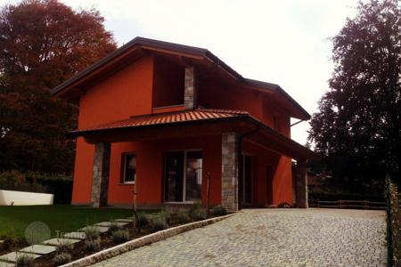 Property for sale in Besozzo. Villa – Besozzo, Lombardy, Italy