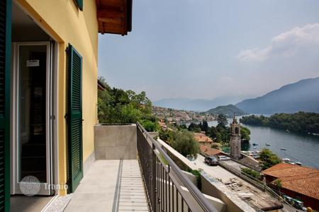 Foreclosed houses with pools for sale in Lombardy. Villa in residence with wonderful view on the lake and Comancina island