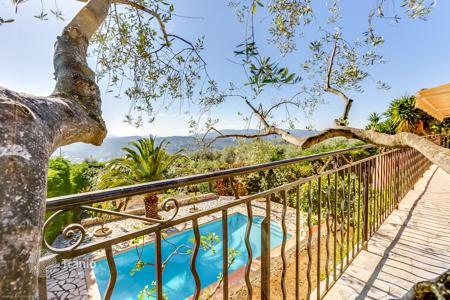 Houses with pools by the sea for sale in Côte d'Azur (French Riviera). Magnificent villa in provential style with panoramic sea and mountains view