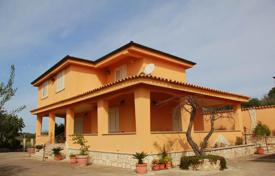 4 bedroom houses for sale in Sicily. Villa among the olive trees, 10 km from the sea