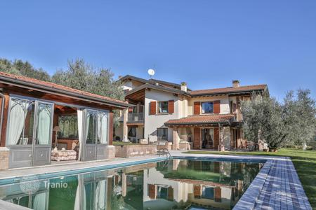 Luxury houses for sale in Lake Garda. Prestigious Villa a few steps from the lake