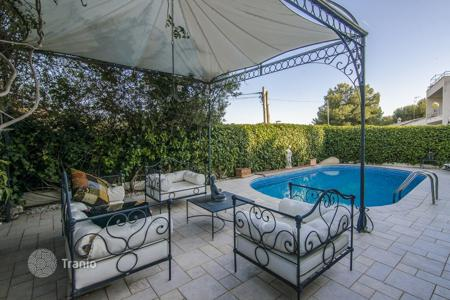 Houses with pools for sale in Costa del Garraf. Modern villa in Sitges, Spain. Sea view, garden, swimming pool, garage