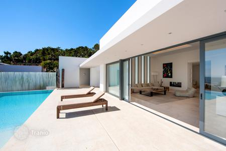 Foreclosed houses with pools for sale in Southern Europe. Exceptional property with 810 m² of living space and a 2500 m² garden boasting panoramic sea views in Vista Alegre