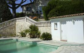 Residential for sale in Levens. Cozy house with a private plot, a swimming pool and a sea view, Colomar, France