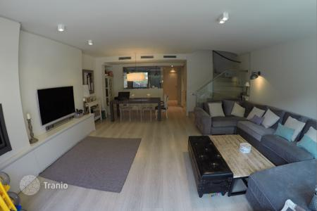 Coastal townhouses for sale in Costa del Garraf. Modern townhouse with a patio, a pool and a garden, Gava, Barcelona, Spain