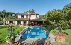 Villa with pool and parkland surrounded by the Aurelian Walls. Price on request