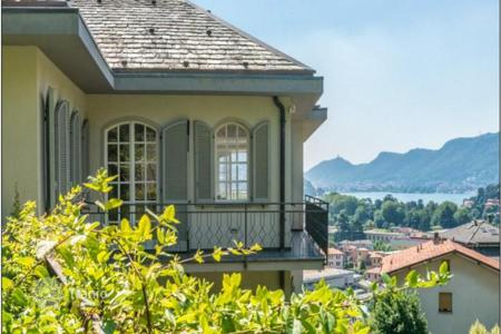 4 bedroom houses for sale in Lombardy. Villa with view to the lake Como