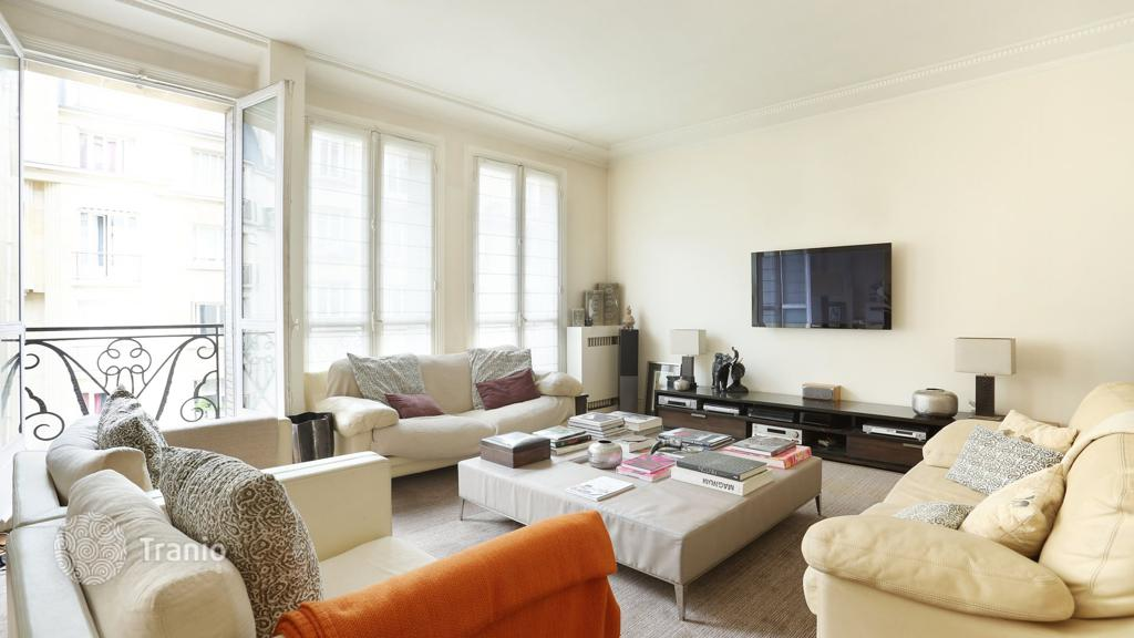 Comfortable Apartment In A Historic Building Of 1930, Near Porte Maillot,  17th District, Paris, France · 1,490,000 U20ac