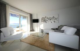 Luxury 2 bedroom apartments for sale in Côte d'Azur (French Riviera). Bright apartment with a terrace and a sea view, in a prestigious area, Cannes, France