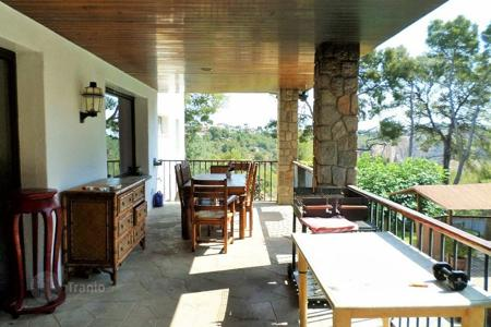 Coastal property for sale in Castelldefels. Cozy house with pool and beautiful garden on sale in Bellamar of Castelldefels